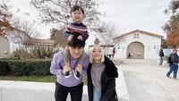 <p>Lihat saja, Nord Kiano terlihat sangat senang berlibur dan menghabiskan waktu dengan kedua orang tuanya. (Foto: Instagram @rinni_w)</p>