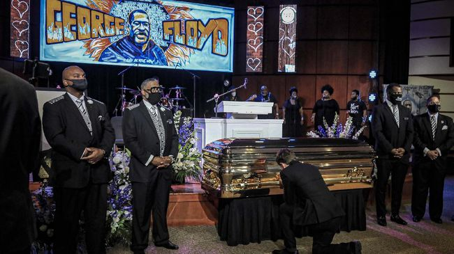 Minneapolis Mayor Jacob Frey kneels by the casket of George Floyd before a memorial service at North Central University, Thursday, June 4, 2020, in Minneapolis. Floyd died on May 25 as a Minneapolis police officer pressed his knee into his neck, ignoring his cries and bystander shouts until he eventually stopped moving. (AP Photo/Bebeto Matthews)