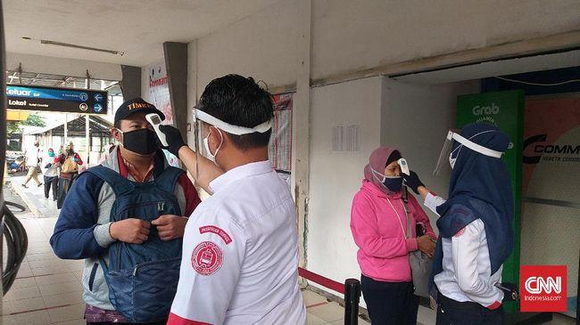 Stasiun Depok masih belum dipadati komuter di hari pertama perpanjangan PSBB DKI Jakarta dan Bodebek, Jumat (5/6).