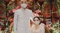 <p>Pernikahan keduanya digelar sesuai dengan protokol kesehatan di masa pandemi Corona dan Pembatasan Sosial Berskala Besar (PSBB), Bunda. (Foto: Instagram @nikenanjanii)</p>