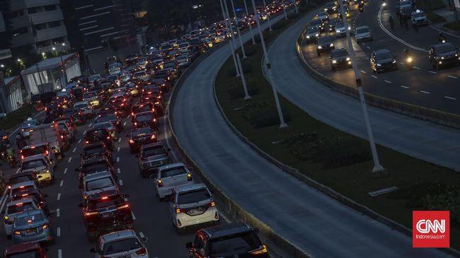 Suasana kemacetan di jalan Jenderal Sudirman, Jakarta, Jumat, 5 Juni 2020. Pada hari pertama penerapan Pembatasan Sosial Berskala Besar (PSBB) transisi, lalu lintas di sejumlah jalan di DKI Jakarta terpantau padat hingga terjadi kemacetan. CNN Indonesia/Bisma Septalisma