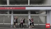 Warga berolahraga di Kompleks Stadion Utama Gelora Bung Karno (SUGBK), Jakarta, Sabtu, 6 Juni 2020. SUGBK dibuka kembali mulai 5 Juni 2020 untuk kegiatan olahraga pasca keputusan pemerintah DKI Jakarta menerapkan PSBB transisi. CNN Indonesia/Adhi Wicaksono