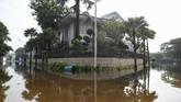Suasana Kompleks Pantai Mutiara yang tergenang banjir rob di Penjaringan, Jakarta, Minggu (7/6/2020). Banjir di kawasan tersebut diduga akibat adanya tanggul yang jebol saat naiknya permukaan air laut di pesisir utara Jakarta. ANTARA FOTO/Hafidz Mubarak A/foc.