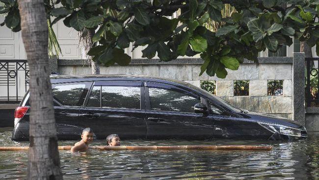 Genangan air memiliki risiko tersembunyi bagi kendaraan, mulai dari aquaplaning sampai terperosok.