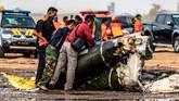 Petugas gabungan memeriksa bagian puing helikopter yang jatuh di Kawasan Industri Kendal (KIK), Kabupaten Kendal, Jawa Tengah, Sabtu (6/6/2020). Belum diketahui penyebab jatuhnya helikopter jenis MI-17 bernomor registrasi HA 5141 milik TNI-AD yang mengakibatkan empat awak tewas dan lima awak lainnya dilarikan ke rumah sakit. ANTARA FOTO/Aji Styawan/WSJ.