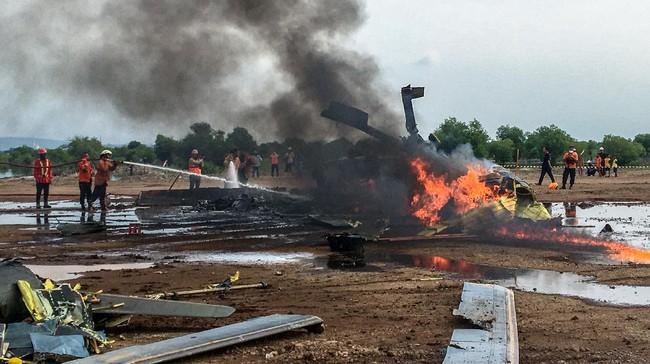 Petugas berupaya memadamkan api dari sebuah helikopter yang jatuh di Kawasan Industri Kendal (KIK), Kabupaten Kendal, Jawa Tengah, Sabtu (6/6/2020). Belum diketahui penyebab jatuhnya helikopter jenis MI-17 bernomor registrasi HA 5141 milik TNI-AD yang mengakibatkan empat awak tewas dan lima awak lainnya dilarikan ke rumah sakit. ANTARA FOTO/Wawan Hadi/ast/WSJ.