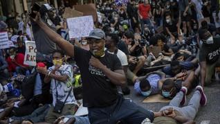 Demo Dukung Floyd, Massa Robohkan Patung Pedagang Budak