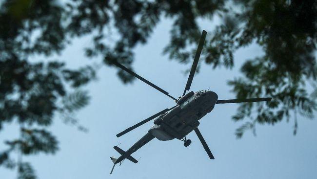 Tiga kru helikopter yang berhasil dievakuasi tim SAR dibawa ke rumah sakit terdekat.