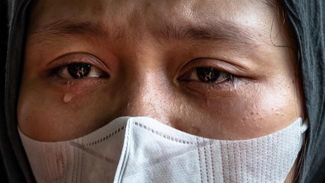Istri almarhum Lettu Wisnu Tia Aruni, Yuanita Rahmawati menitikkan air mata saat prosesi pemakaman suaminya di Tempat Pemakaman Umum Kembangarum (Bergota II), Semarang, Jawa Tengah, Minggu (7/6/2020). Lettu Wisnu Tia Aruni merupakan satu dari empat prajurit TNI AD yang tewas dalam insiden kecelakaan helikopter MI-17 V5 di Kawasan Industri Kendal (KIK), Jateng pada Sabtu (6/6/2020). ANTARA FOTO/Aji Styawan/foc.