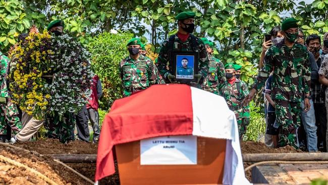 Sejumlah prajurit TNI bersiap saat prosesi pemakaman Lettu Wisnu Tia Aruni di Tempat Pemakaman Umum Kembangarum (Bergota II), Semarang, Jawa Tengah, Minggu (7/6/2020). Lettu Wisnu Tia Aruni merupakan satu dari empat prajurit TNI AD yang tewas dalam insiden kecelakaan helikopter MI-17 V5 di Kawasan Industri Kendal (KIK), Jateng pada Sabtu (6/6/2020). ANTARA FOTO/Aji Styawan/foc.