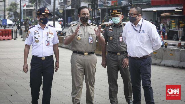 Gubernur DKI Jakarta Anies Baswedan  memantau new normal  masa transisi PSBB di kawasan Stasiun MRT  Sudirman dan Dukuh Atas, Jakarta 8 Juni 2020.