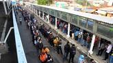 Ratusan calon penumpang KRL Commuter Line mengantre menuju pintu masuk Stasiun Bogor di Jawa Barat, Senin (8/6/2020). Antrean panjang calon penumpang tersebut terjadi saat dimulainya aktivitas perkantoran di Jakarta di tengah masa transisi Pembatasan Sosial Berskala Besar (PSBB) pandemi COVID-19. ANTARA FOTO/Arif Firmansyah/wsj.