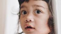 <p>Di usia batita, tingkah Kalea semakin lucu dan menggemaskan. Ayah Tarra Budiman suka memanggilnya dengan sebutan 'Si Koala'. (Foto: Instagram @tarrabudiman)</p>