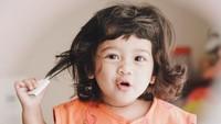 """<p>""""<em>Si banyak gaya mulai beraksi, salah satu anak kecil yang gemasnya tiada tara mulai meresahkan rumah kami, dengan keluguannya dia menghanyutkan hati Ibu dan Ayahnya..</em>"""" begitu <em>caption</em> yang ditulis ayah Tarra Budiman. (Foto: Instagram @tarrabudiman)</p>"""