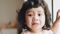 <p>Lho, Kalea kok nangis? Kalau kata ayah Tarra di <em>caption</em>, Kalea sedih ditinggal sama kucing. <em>He he he...</em> (Foto: Instagram @tarrabudiman)</p>