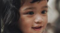 """<p>""""<em>Ya Allah.. cantiknya kmu sama seperti Ibu, semoga jiwa ini selalu bisa buat kmu selalu tersenyum dan merasa bahagia. Aamiin,</em>"""" begitu doa ayah Tarra Budiman. Sehat selalu ya Kalea... (Foto: Instagram @tarrabudiman)</p>"""