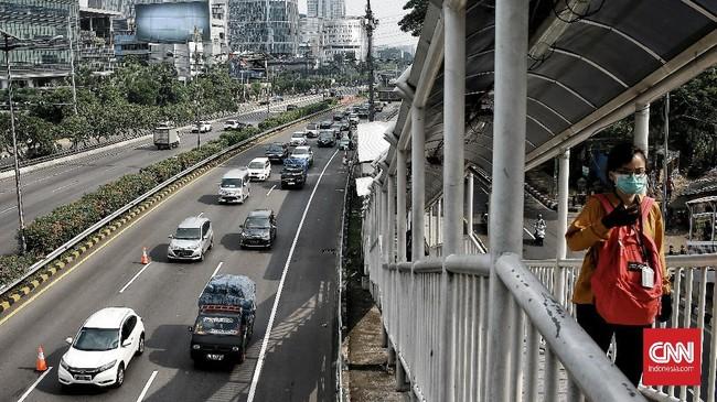 Kemacetan terjadi di jalan tol dalam kota dari cawang menuju slipi saat kegiatan perkantoran di Jakarta  kembali beroperasi mulai hari ini di tengah penerapan Pembatasan Sosial Berskala Besar (PSBB) transisi. Contra flow diberlakukan untuk memecah kemacetan yang terjadi. Jakarta.  Senin (8/6/2020). CNN Indonesia/Andry Novelino