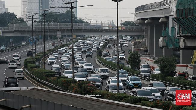 Ratusan ribu kendaraan itu mengarah ke wilayah timur, barat, dan selatan Jakarta memasuki libur panjang HUT ke-75 RI.