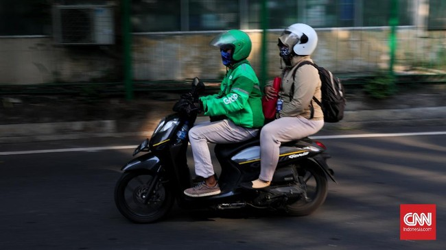 Ojek online mulai mengangkut penumpang saat masa transisi PSBB  Jakarta  di kawasan Blora, 8 juni 2020.
