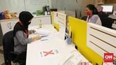 Para pekerja perkantoran di DKI Jakarta mulai hari ini resmi beraktivitas lagi seiring kebijakan transisi Pembatasan Sosial Berskala Besar (PSBB). Karyawan yang bekerja di kantor hanya 50% saja dan sisanya tetap bekerja di rumah. (CNN Indonesia/ Safir Makki)