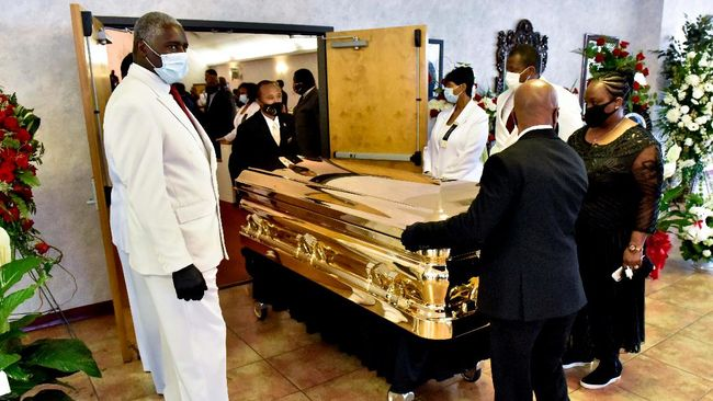 The casket is moved at the conclusion of the memorial service for George Floyd at the Cape Fear Conference B Church in Raeford, North Carolina, on June 6, 2020. - On May 25, 2020, Floyd, a 46-year-old black man suspected of passing a counterfeit $20 bill, died in Minneapolis after Derek Chauvin, a white police officer, pressed his knee to Floyd's neck for almost nine minutes. (Photo by Ed Clemente / POOL / AFP)
