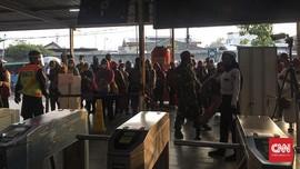 Warganet Keluh Antre Panjang di Stasiun KRL dan Gerbong Penuh