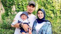 <p>Pada bulan Agustus 2019, Rizal Armada dan Monica Imas dikaruniai anak pertama. Seorang bayi laki-laki yang diberi nama Ghanie Al Fatih Putra Pradana. (Foto: Instagram @rizalarmada)</p>