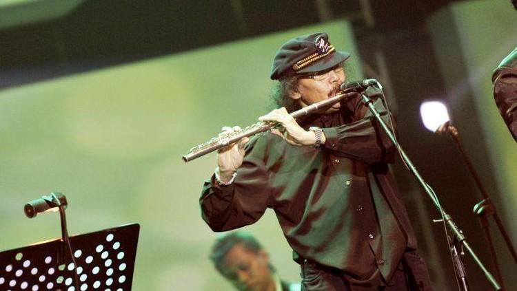 Musisi Benny Likumahua membawakan lagu-lagu hits dalam