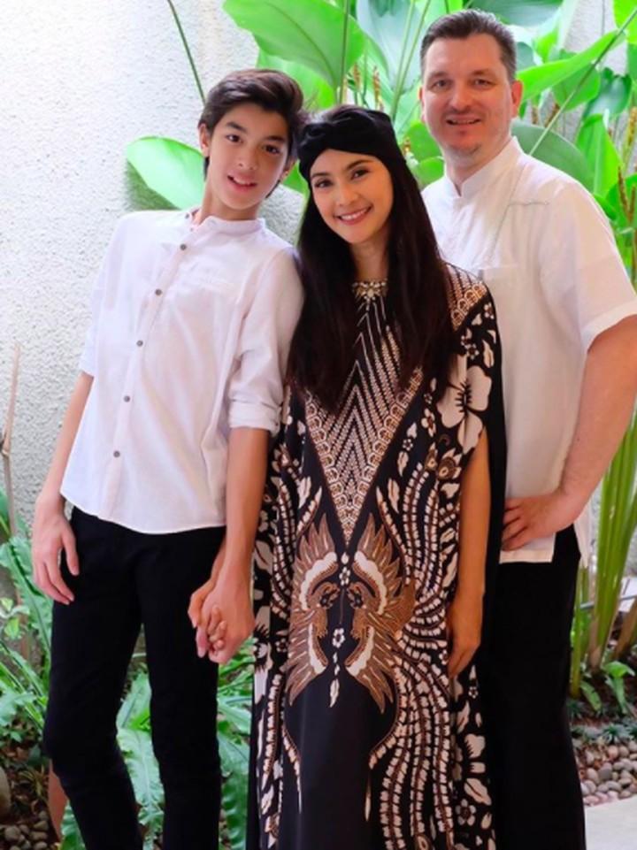Maudy Koesnaedi bersama suami dan anak