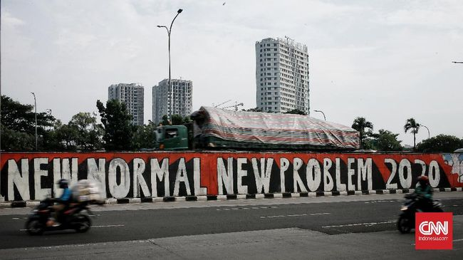 Pengendara melintasi mural bertema 'New Normal New Problem' di kawasan Tanjung Barat, Jakarta, Selasa (9/6/2020). Mural itu pesan menyambut era tatanan kehidupan baru ketika setiap orang harus mengedepankan protokol kesehatan saat berkegiatan di tengah pandemi COVID-19. CNN Indonesia/Andry Novelino