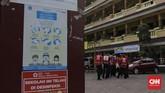 Anggota Palang Merah Indonesia menyemprotkan desinfektan dalam upaya menahan penyebaran virus corona di dalam ruang kelas di SMPN 139 dan SDN Malaka Jaya 04 Pagi. Jakarta, Selasa, 9 Juni 2020. (CNN Indonesia/ Adhi Wicaksono)