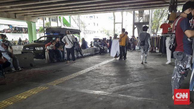 Puluhan Pedagang Kaki Lima (PKL) di depan Blok G Pasar Tanah Abang, Jakarta Pusat terlihat tetap menggelar lapak dagangannya, padahal seharusnya hal tersebut belum resmi diperbolehkan.