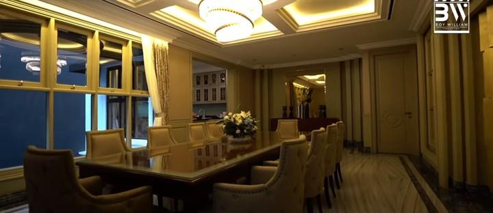 Karena senang warna gold dan coklat, Prilly mendesain ruang makan dengan warna tersebut. Namun ia mengaku bingung sendiri kenapa membuat ruang makan sebesar ini, padahal keluarganya hanya terdiri dari 4 orang. (Foto: YouTube Boy William)