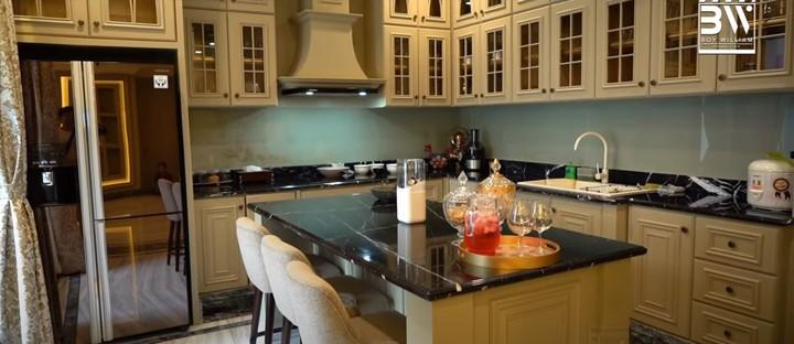 Bagian dapur ini adalah ruangan favorit Prilly. Sengaja di desain dengan tema vintage agar terasa seperti di Paris. (Foto: YouTube Boy William)