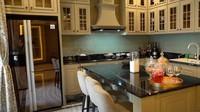 <p>Bagian dapur ini adalah ruangan favoritPrilly. Sengaja di desain dengan tema vintage agar terasa seperti di Paris. (Foto: YouTube Boy William)</p>