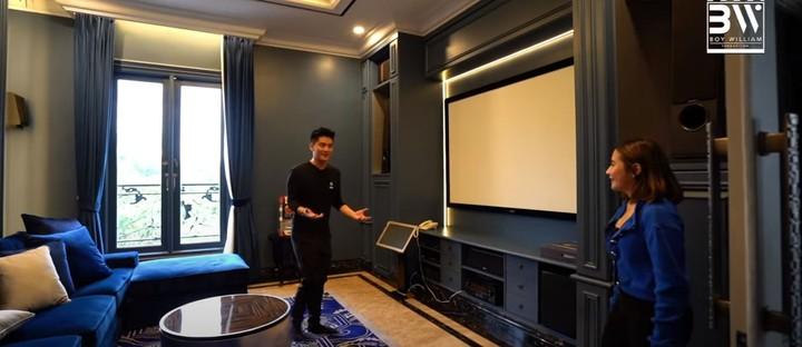 Rumahnya juga dilengkapi dengan ruang multimedia, Bunda. Yang bisa digunakan untuk nonton bahkan karaokean. (Foto: YouTube Boy William)