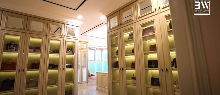 Area kamar Prilly juga dilengkapi dengan lemari besar untuk menyimpan tas maupun sepatu dan berbagai perhiasannya. (Foto: YouTube Boy William)