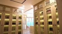 <p>Area kamar Prilly juga dilengkapi dengan lemari besar untuk menyimpan tas maupun sepatu dan berbagai perhiasannya. (Foto: YouTube Boy William)</p>