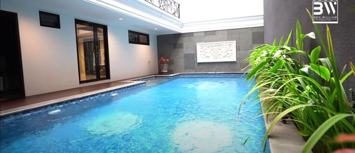Seperti kebanyakan rumah mewah lainnya, rumah mewah Prilly pun dilengkapi dengan kolam renang. (Foto: YouTube Boy William)