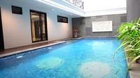 <p>Seperti kebanyakan rumah mewah lainnya, rumah mewah Prilly pun dilengkapi dengan kolam renang. (Foto: YouTube Boy William)</p>
