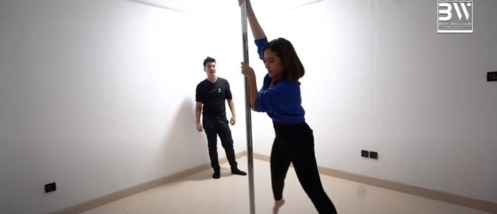 Karena suka bermain pole dance, Prilly pun menyediakan ruangan khusus untuk pole dance. (Foto: YouTube Boy William)