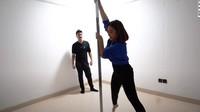 <p>Karena suka bermain pole dance, Prilly pun menyediakan ruangan khusus untuk pole dance. (Foto: YouTube Boy William)</p>