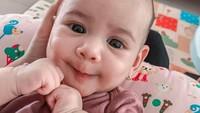 <p>Kini Annasya sudah hampir menginjak usia 5 bulan. Wah, sedikit lagi makan MPASI nih. (Foto: Instagram @annissanns)</p>