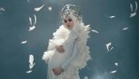 <p>Foto kehamilannya kali ini bertema malaikat pelindung, Cut Meyriska mengenakan hairpiece cantik dan mengenakan sayap layaknya malaikat. (Foto: Instagram @fdphotography90)</p>