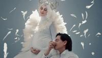<p>Dengan tema malaikat pelindung, maternity photoshoot Cut Meyriska dan Roger Danuarta ini terlihat begitu memesona ya, Bunda. (Foto: Instagram @cutratumeyriska)</p>
