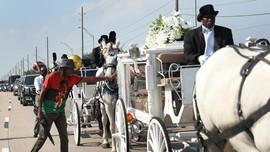 FOTO: Jasad Floyd Diantar Kereta Kuda ke Pemakaman