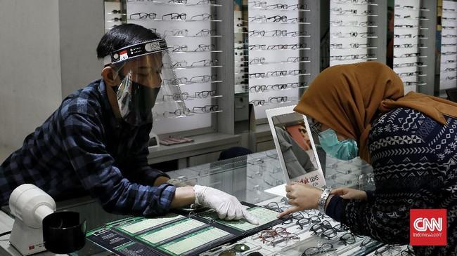 ptik menjadi bagian dari bidang kesehatan, karena mempunyai peranan penting untuk kesehatan mata masyarakat kala pemerintah menerapkan tatanan kehidupan baru atau New Normal. Depok. Rabu (10/6/2020). CNN Indonesia/Andry Novelino
