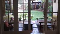<p>Rumah Laudya Cynthia Bella yang berada di Ciganjur, Jakarta Selatan, tersebut sangat asri, Bunda. (Foto: Instagram @getyourhomehere)</p>
