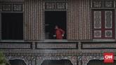 Petugas pemadam kebakaran dan penyelamatan DKI Jakarta menyemprotkan disinfektan di Taman Mini Indonesia Indah (TMII), Jakarta, Rabu, 10 Juni 2020. Penyemprotan tersebut sebagai upaya mencegah penyebaran virus corona (COVID-19) di tempat wisata jika nantinya kembali dibuka untuk umum saat pemberlakuan tatanan hidup normal baru (new normal). CNN Indonesia/Bisma Septalisma