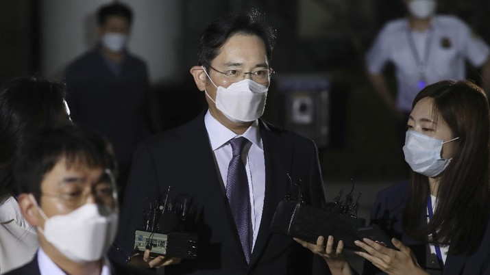 Samsung Electronics Vice Chairman Lee Jae-yong, center, leaves the district court in Seoul, South Korea, for a detention center, Monday, June 8, 2020. Lee arrived in court on Monday as the court decides if he should be arrested for possible involvement in alleged merger and accounting fraud. (Park Dong-joo/Yonhap via AP)